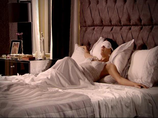 Nos braços de Morfeu. Onde será que Carminha foi dormir? (Foto: Avenida Brasil / TV Globo)