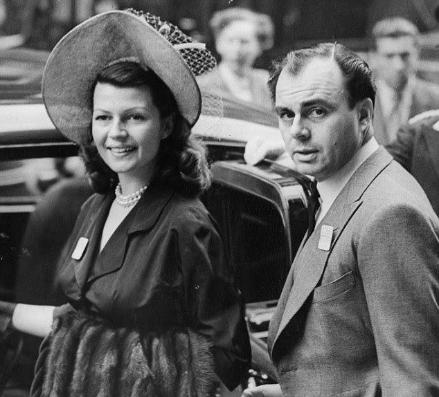 Terceiro marido: Rita Hayworth e Aly Khan deixando o Hotel Ritz no aniversário de 45 Aly.  Ela dizia estar tendo um caso com Khan, enquanto ela ainda estava casada com Orson Welles