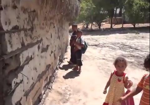 """Crianças utilizam o banheiro improvisado da """"escola"""" em Matões"""