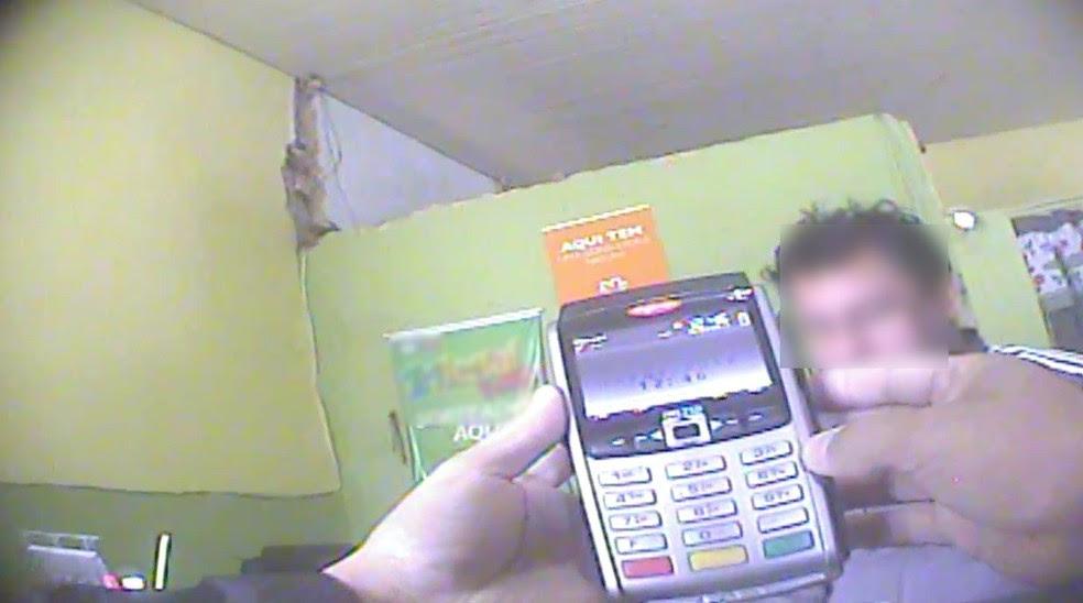 Máquinas de cartão de crédito eram adulteradas para realização do jogo (Foto: Fábio Almeida/ RBS TV)
