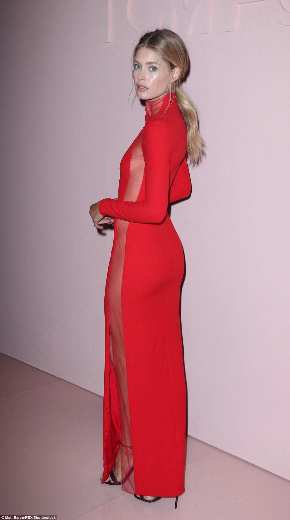 Smoldering: Doutzen estava exibindo seu modelo de boa aparência enquanto invadiu o tapete vermelho
