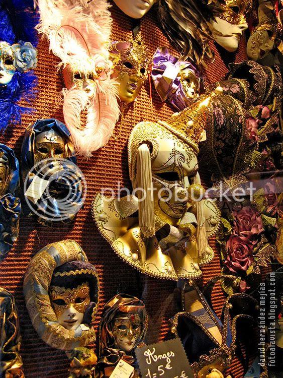 Conjunto de máscaras a la venta en un escaparate de Annecy, Francia