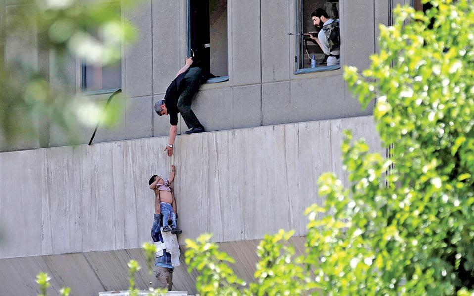 Την Τεχεράνη επέλεξε να πλήξει χθες για πρώτη φορά το Ισλαμικό Κράτος, με διπλή τρομοκρατική επίθεση σε δύο εμβληματικά κτίρια της Ισλαμικής Δημοκρατίας, στο Κοινοβούλιο και στο μαυσωλείο του αγιατολάχ Χομεϊνί. Η νέα αιματοχυσία –τουλάχιστον 13 νεκροί και 42 τραυματίες– έρχεται να επιδεινώσει την εξαιρετικά τεταμένη ατμόσφαιρα στον Περσικό Κόλπο, μετά το εμπάργκο που επέβαλε η Σαουδική Αραβία στο Κατάρ, όπου η Τουρκία επιταχύνει την αποστολή στρατιωτών στη βάση που διαθέτει. Αργά χθες το βράδυ, ο Ντόναλντ Τραμπ είπε ότι τα κράτη που προωθούν την τρομοκρατία κινδυνεύουν να πέσουν στον λάκκο που τα ίδια έσκαψαν.