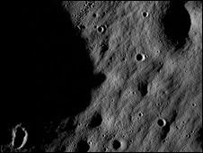 யூன் 2009 இல் அமெரிக்க நாசா விண்ணாய்வு நிறுவனத்தால் நிலாவை ஆய்வு செய்ய அனுப்பப்பட்ட Lunar Reconnaissance Orbiter (LRO) விண்கலம் நிலாவைப் படம் பிடித்து அனுப்பி வைத்துள்ள படங்களில் ஒன்று இதுவாகும்.