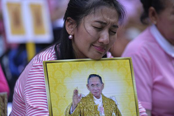 泰国国王普密蓬(Bhumibol Adulyadej)在民众中享有很高威望。图为10月13日民众在哀悼。(MUNIR UZ ZAMAN/AFP/Getty Images)