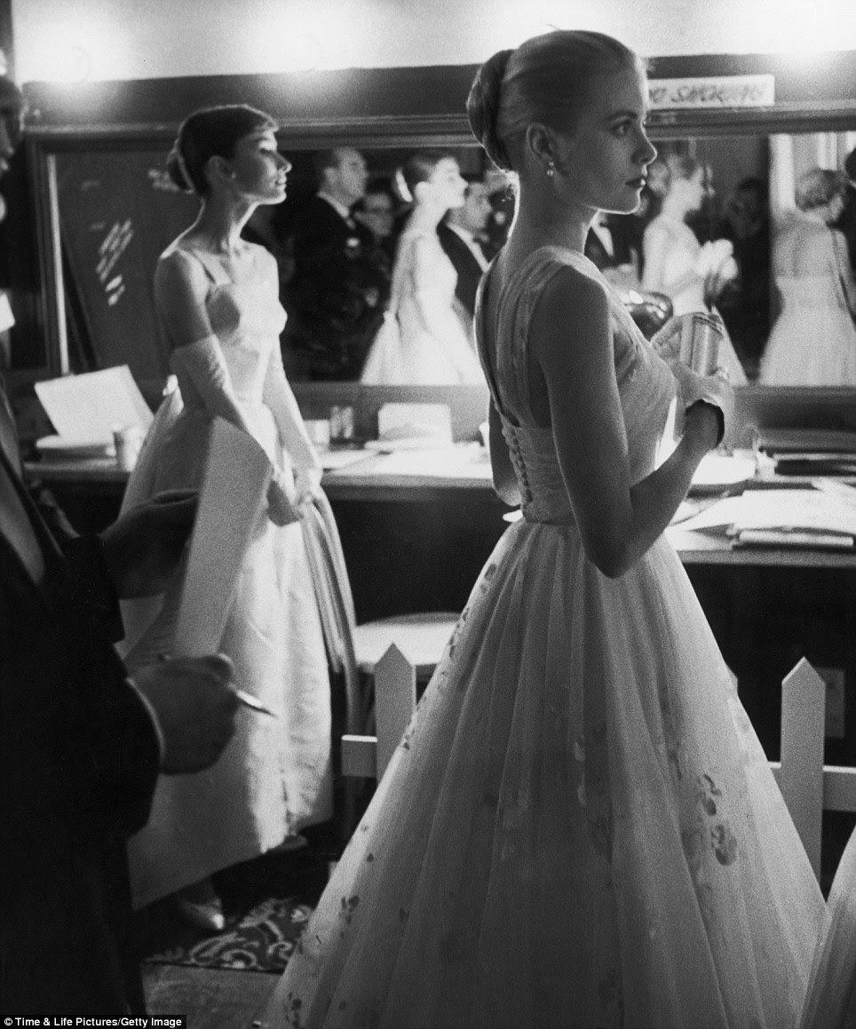 Princesa à espera: os apresentadores Prêmio Audrey Hepburn e Grace Kelly (à direita) loiter backstage durante os Academy Awards