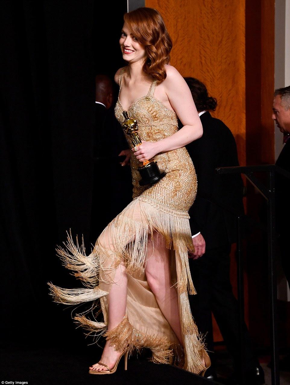 Pernas onze: Emma ergueu suas saias para subir o post-show de escadas, piscando suas pernas tonificadas