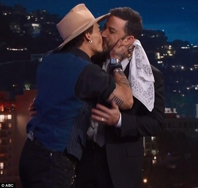 Nova tradição: Johnny Depp beijou Jimmy Kimmel nos lábios como ele fez uma aparição quinta-feira em Jimmy Kimmel Live!  Gravado em Hollywood