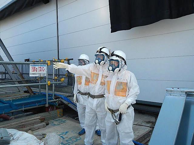 Técnicos de Tepco inspeccionan el reactor número 4 de Fukushima. | Efe