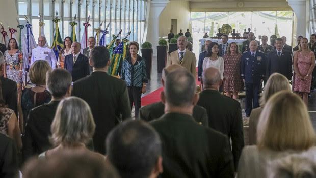 O vice-presidente Michel Temer, ao lado da presidente Dilma Rousseff e do ministro da Defesa, Aldo Rebelo, durante cerimônia no Clube do Exército (Foto: Roberto Stuckert Filho/PR)