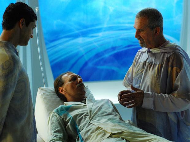 Renato Prieto (entre Fernando Alves Pinto, à esquerda, e Clemente Viscaíno) interpreta André Luis, em 'Nosso lar'