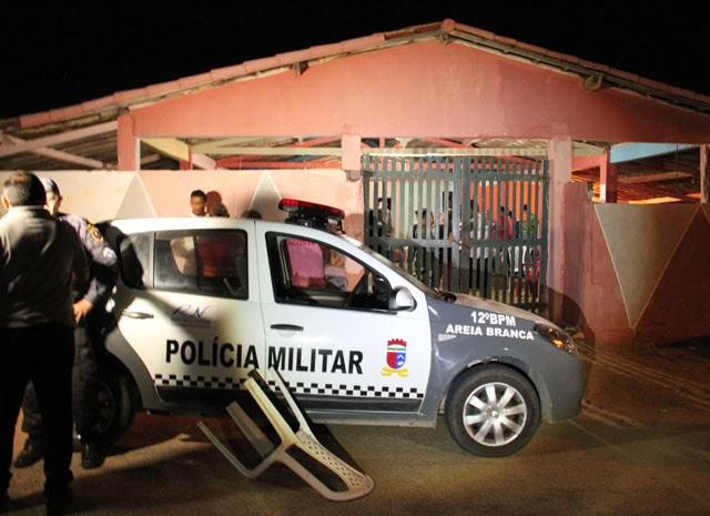 Assassinato foi registrado dentro de bar, em Areia Branca (Foto: Marcelino Neto)