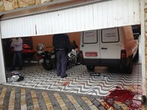 Crime aconteceu na manhã desta quinta, em Diadema. Marcas de sangue ficaram pela garagem (Foto: Kleber Tomaz/G1)