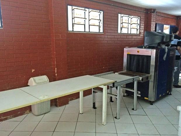 Equipamento para revistar bolsas em Bangu (Foto: Matheus Rodrigues/ G1)