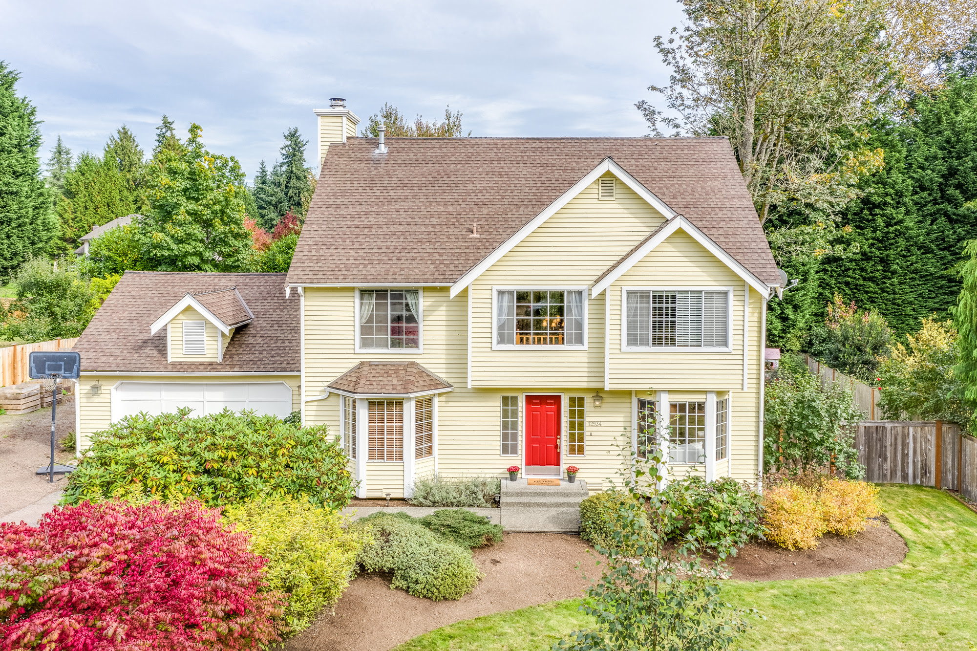 Sold Spacious And Inviting 4 Bedroom 2 5 Bathroom Home With Den And Serene Fully Fenced Yard On English Hill In Redmond Eastsidehomes Com