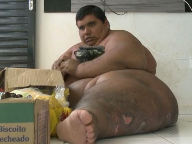 O jovem paraibano Carlos Antônio dos Santos Freitas pesa mais de 400kg e mora em Patos (Foto: Reprodução/TV Paraíba)