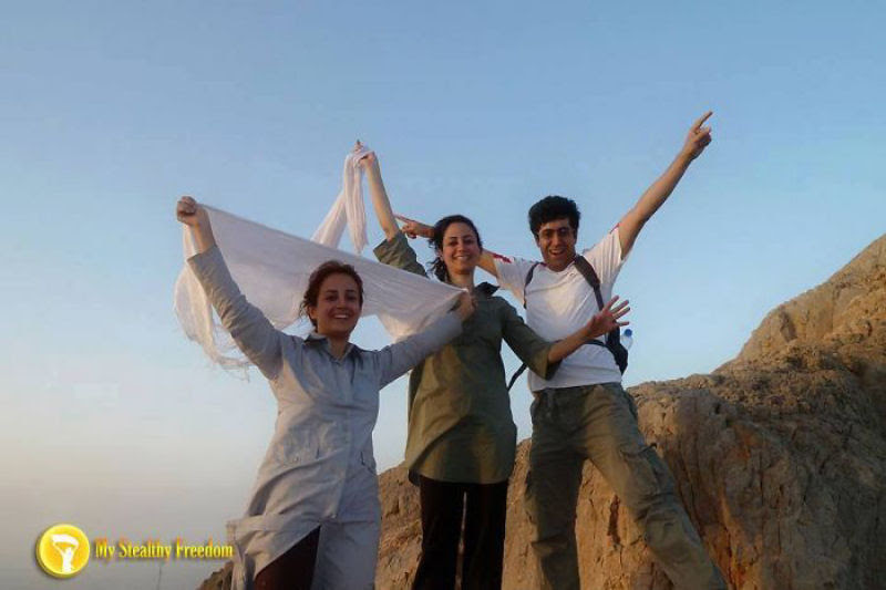 Iranianas protestam contra a estrita lei do hijab publicando fotos com a melena ao vento 16