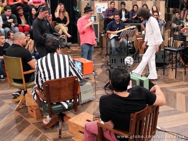 Cantora faz embaixadinhas com Serginho Groisman (Foto: TV Globo/Altas Horas)