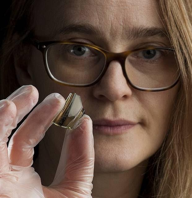 La arqueóloga Ingrid Ystgaard sosteniendo parte de la cristalería hallada durante la excavación.