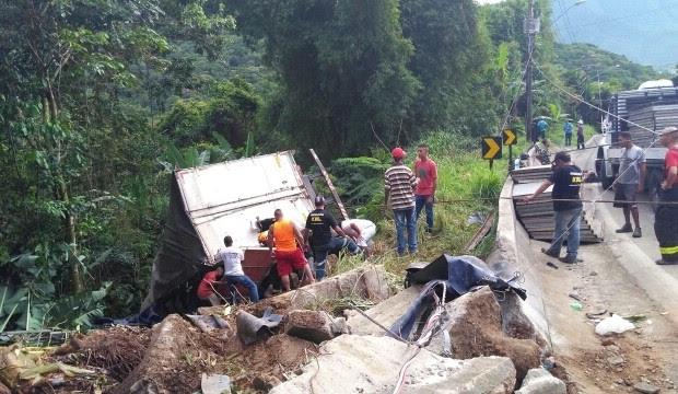 Dois homens morrem e um fica ferido em acidente na rodovia Rio-Santos em São Sebastião (Foto: Carlos Henrique Pereira/Vanguarda Repórter)