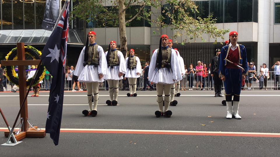 Τρομερή εικόνα από την Αυστραλία: Δείτε την συγκίνηση του Εύζωνα όταν άκουσε για την Ελλάδα! - Εικόνα11
