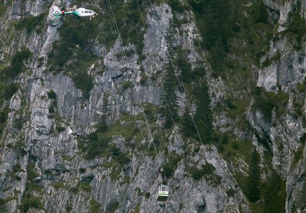 Helicópteros foram usados para resgatar as vítimas (Foto: Peter Samer/AP)