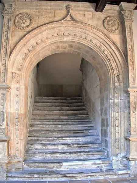 Archivo: Escaleras del patio del Palacio de los Vivero en Valladolid.jpg