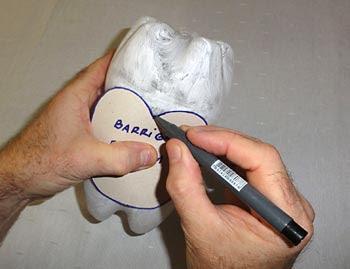 Transfira o molde da barriga para a garrafa pet