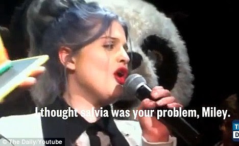 Piadas de drogas: Osbourne acrescentou com uma risada que ela pensava que era problema de Miley com o alucinógeno da droga salvia