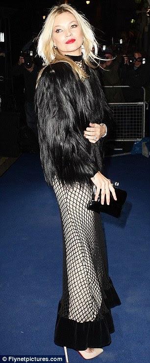 Esperando para pegar alguma coisa?  Kate Moss chegou para a cerimônia vestindo um vestido inusitado rendeu
