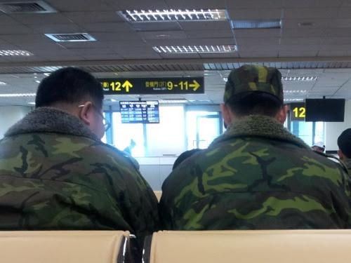 Songshan Airport, Taipei: The soldiers in the airport waiting room (photo: Jan. 11, 2013)台北・松山空港:待合室の阿兵哥空港待合室で出発を待つ。少ない乗客に混じって阿兵哥・兵隊さんの姿がちらほら。行き先は金門島。今日は金曜日。休暇から部隊に戻るのか、これから休暇をとって故郷に戻るのか。台湾の兵隊を阿兵哥と呼ぶ。兵隊さん、兵隊のお兄さん、親しみをこめた呼び方らしい。この単語、辞書には載っていないのそのおつもりで。