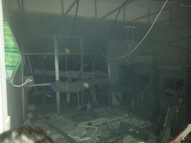 Após explosão, prédio da agência ficou completamente destruído (Foto: Divulgação/Polícia)
