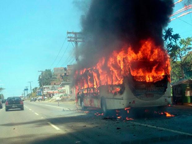 Ônibus pega fogo na Avenida Paralela, em Salvador (Foto: Alexandre Aragão/Arquivo pessoal)
