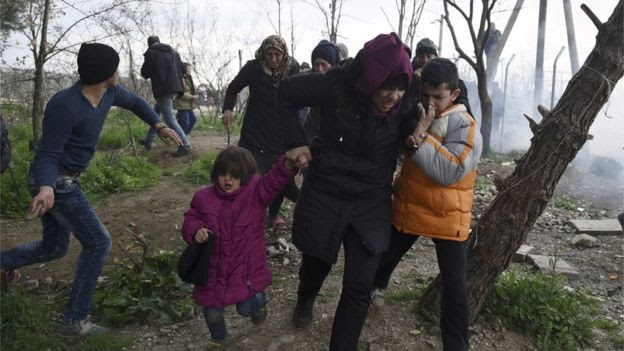 Migrants fleeing tear gas on border, 29 Feb 16