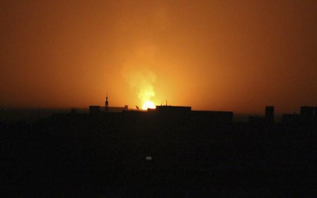 Fogo visto em local de ataque em damasco (Foto: Bassam Al Arbeeni/Reuters)