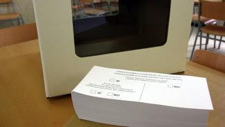 Una urna i paperetes preparades per a la consulta del 9-N (ACN)