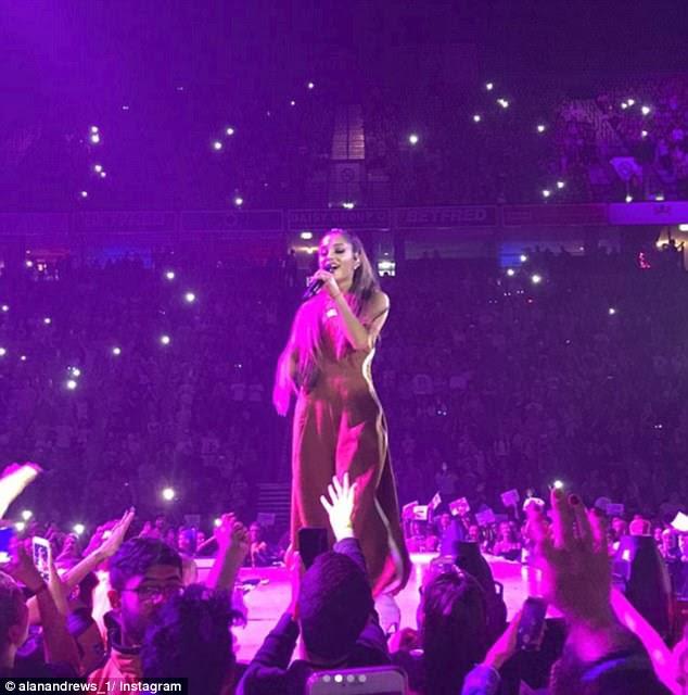 """Tragic: o suicida Salman Abedi, de 22 anos, visou os gig-goers, lançando uma """"bomba de unhas"""" no lobby do Manchester Arena, imediatamente após o conjunto da Ariana (acima) terminar"""