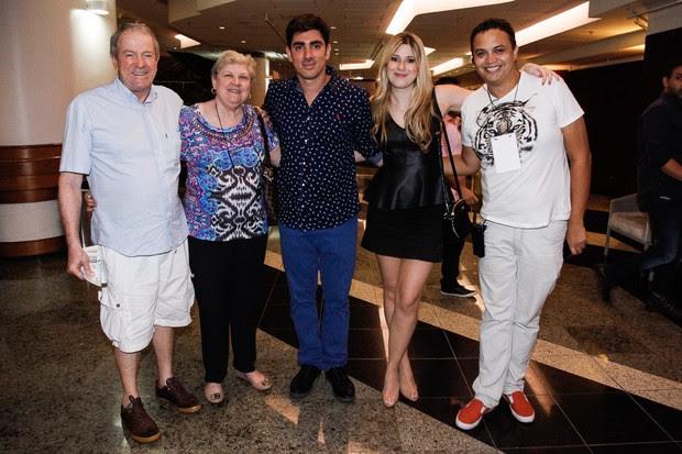 Marcelo Adnet e Dani Calabresa com os pais da humorista e um amigo (Foto: Marcos Ribas / PhotoRioNews)