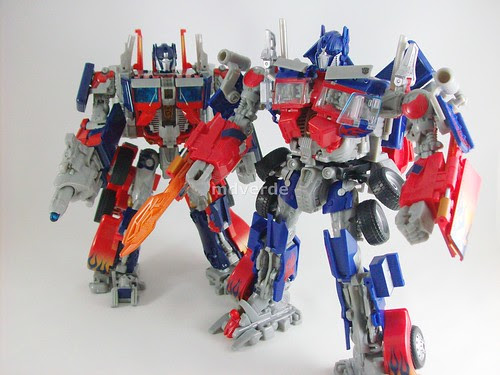Transformers Optimus Prime RotF Leader vs Movie 1 - modo robot