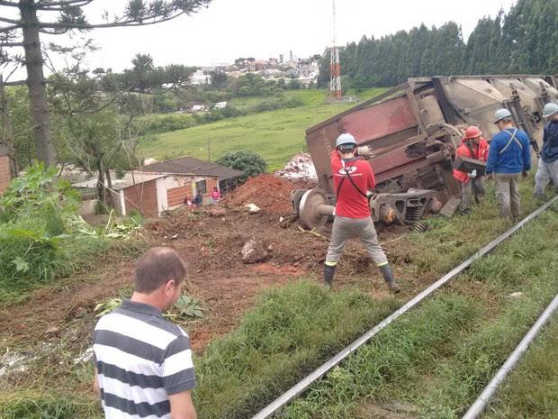 Vagão ficou caído ao lado da ferrovia neste domingo (1º). (Foto: Márcio Alves/Arquivo Pessoal)