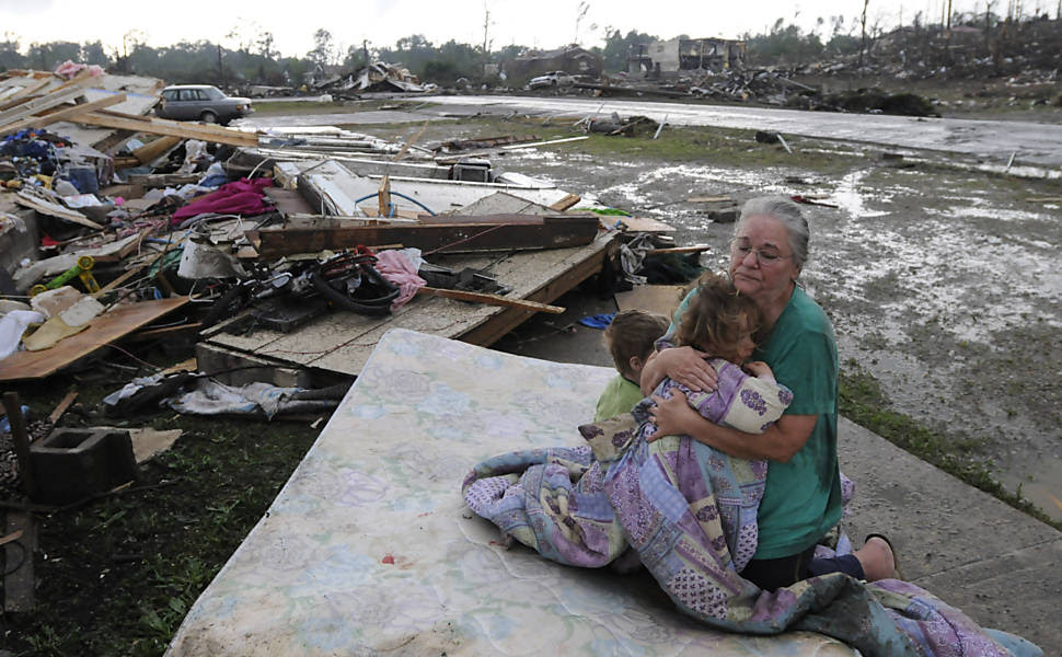 Senhora consola netos no que sobrou de sua casa, em Concord (Alabama) Leia mais