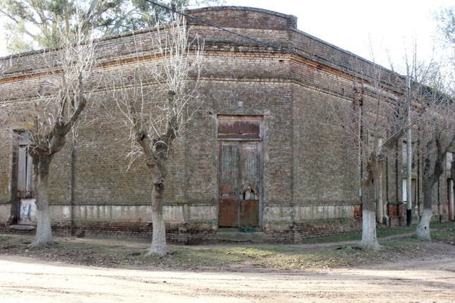 El campo se va despoblando: una casa abandonada en un campo cercano a Carlos Casares; dos propiedades sobre la ruta 5, a unos 300 kilómetros de Buenos Aires, y otra en Cadret.