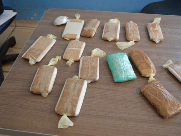 Aparelhos e drogas estavam dentro de preservativo (Foto: Rogério Aderbal/ G1)