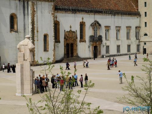 Turistas no pátio da Universidade de Coimbra - Estátua [en] Tourists in the courtyard of the University of Coimbra