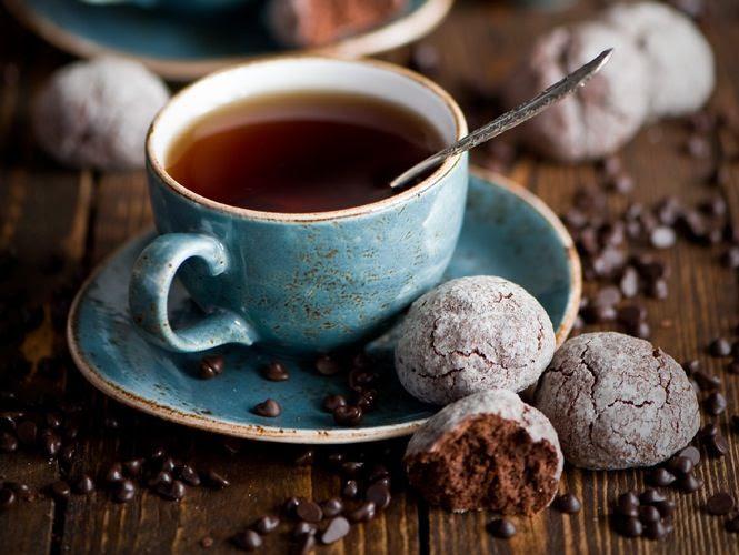 Una taza de té o café caliente, en una vajilla cuidada, en un entorno cuidado y con unas galletitas, eso es hygge. Foto de http://topologylondon.co.uk/whats-hype-hygge/