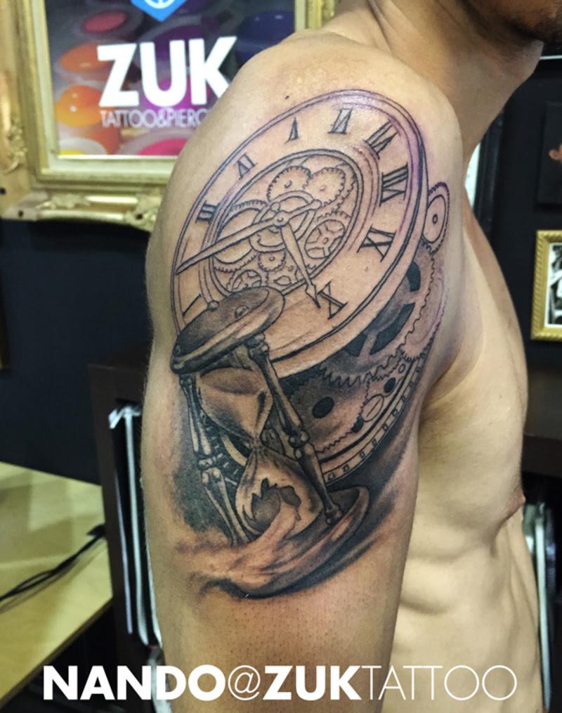 Tatuaje En Proceso Con Un Reloj De Arena Y Engranajes