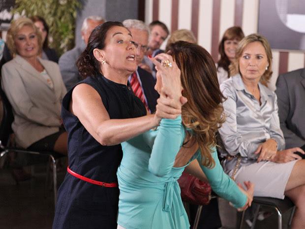 Griselda retruca ofensas de Tereza Cristina com tapas  (Foto: Fina Estampa/TV Globo)