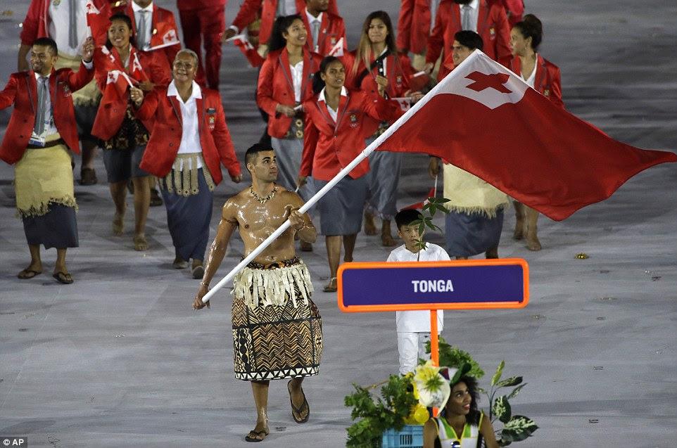 Pita Nikolas Aufatofua carregou a bandeira de Tonga durante a cerimônia de abertura dos Jogos Olímpicos de 2016 no Rio de Janeiro, Brasil