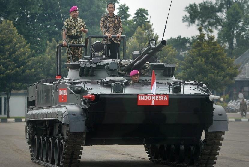 Presiden Joko Widodo (kanan) didampingi Komandan Korps Marinir TNI Mayjen TNI (Mar) R.M. Trusono (kiri) berada di atas tank Amphibi BMP-3 milik TNI AL saat memeriksa pasukan Marinir di Lapangan Utama Markas Korps Marinir, Cilandak, Jakarta Selatan, Jumat