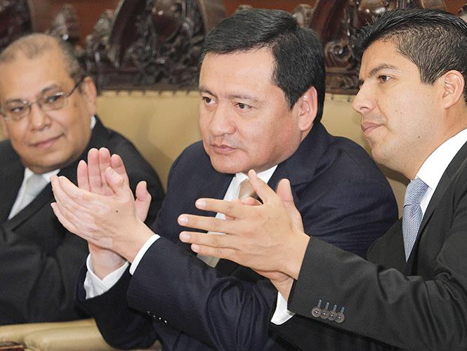 Miguel Ángel Osorio Chong, secretario de Gobernación, dijo ayer en Puebla  que se trata de reorganizar a Michoacán y ofrecer seguridad. Foto: Cuartoscuro